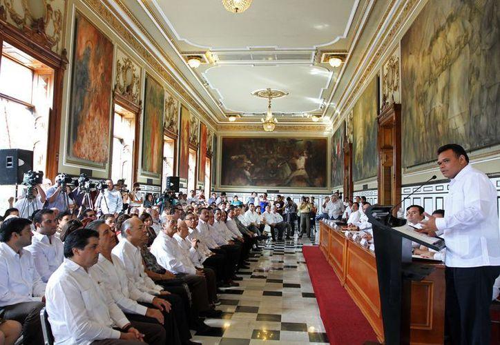 El gobernador Rolando Zapata Bello toma protesta a la nueva directiva del Consejo de Notarios del Estado. (SIPSE)