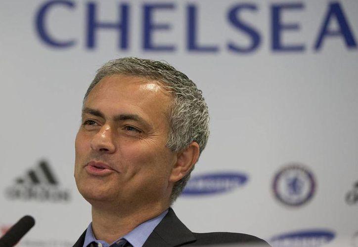 Jose Mourinho, quien fue DT del Real madrid, ahora dirige el Chelsea. (AP)