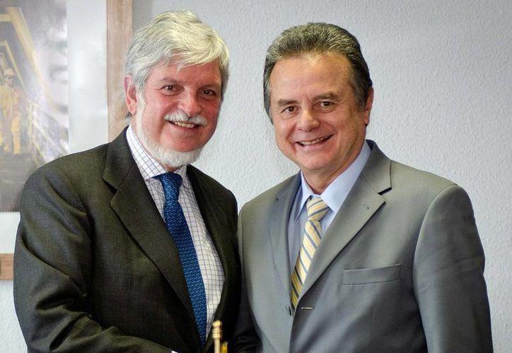El secretario de Energía, Pedro Joaquín Coldwell (d),  durante la reunión con el embajador de España en México, Manuel Alabart Fernández-Cavada. (Notimex)