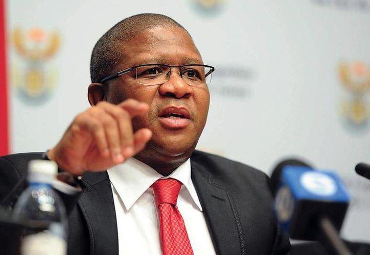 El país sudafricano pagó 10 millones de dólares en 2008 a miembros de la FIFA para poder organizar el mundial de futbol en 2010. En la foto, el ministro de Deportes de Sudáfrica, Fikile Mbalula. (AP)