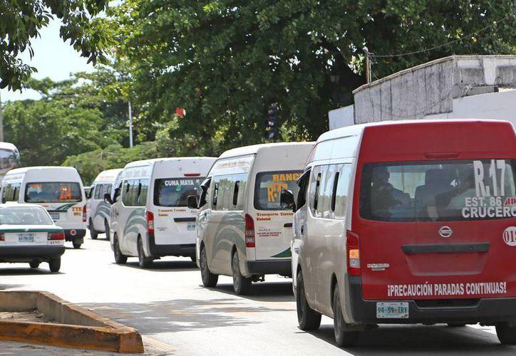 Taxis, camiones de carga, transporte público y de turismo deben realizar el refrendo. (Jesús Tijerina/SIPSE)