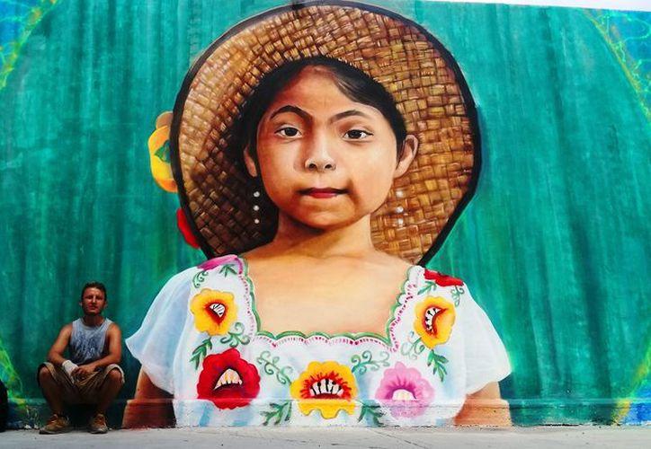 Alejandro Cervantes 'Jace' es el artista encargado de plasmar los motivos regionales. (Daniel Pacheco/SIPSE)