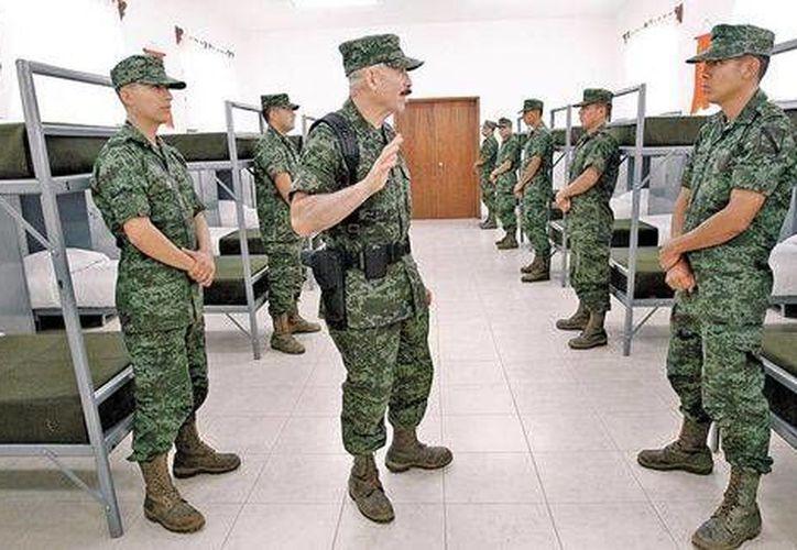 Al paso de los militares por la sierra, la gente reacciona con preocupación preguntando si pasa algo. (Milenio)