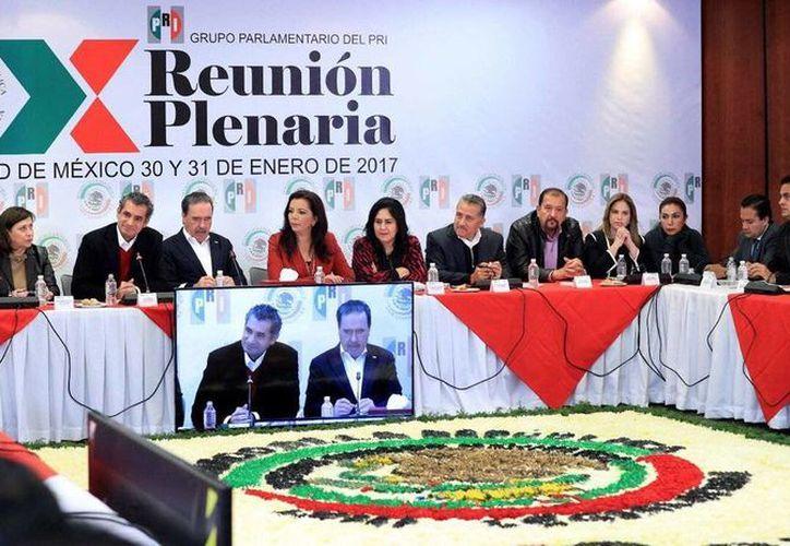 Aspecto de la X Reunión Plenaria del Grupo Parlamentario del PRI en el Senado, en la que estuvo presente el presidente nacional de ese partido, Enrique Ochoa Reza. (@EnrioqueOchoaR)