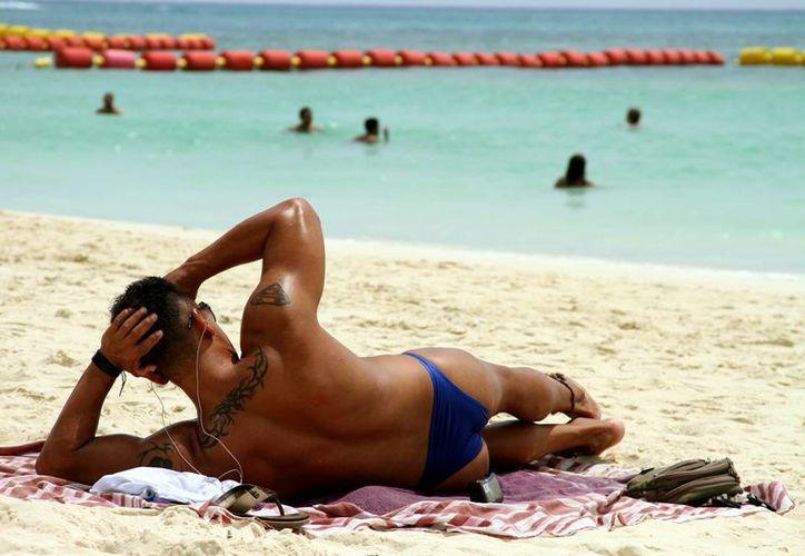 Hoy se espera que más de 700 personas participen en la tercera marcha lésbico-gay que se realiza en Playa del Carmen.  (Adrián Monroy/SIPSE)