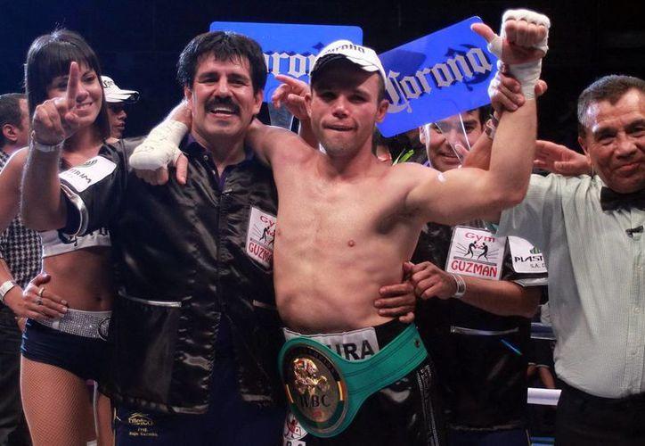 Para la pelea coestelar masculina, el jalisciense Ricardo Álvarez y el colombiano Carlos Valdes libraron el round de la báscula. (Archivo Notimex)