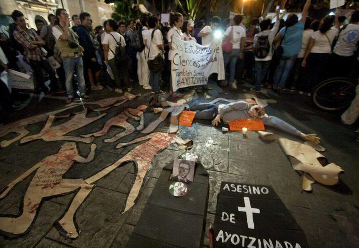 La ONU indicó que el gobierno de México incumple los tratados internacionales contra la desaparición forzada. La imagen corresponde a una manifestación en Mérida por la desaparición de los normalistas de Ayotzinapa. (Archivo/Notimex)