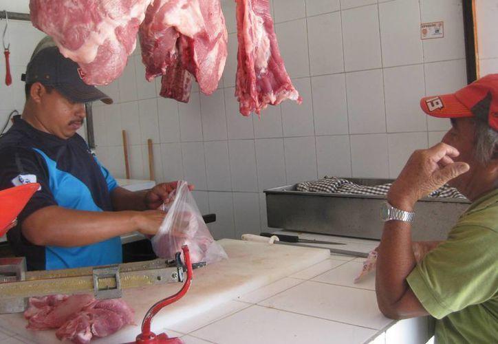 Hasta el mes pasado las carnicerías vendía de 40 a 60 kilogramos de carne diariamente y en la actualidad a duras penas vende 20 o 25 kilogramos. (Javier Ortiz/SIPSE)