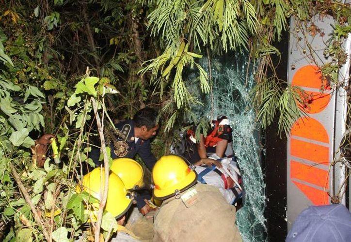 Los bomberos tienen de cerca a la muerte durante su trabajo. (Jorge Moreno/SIPSE)