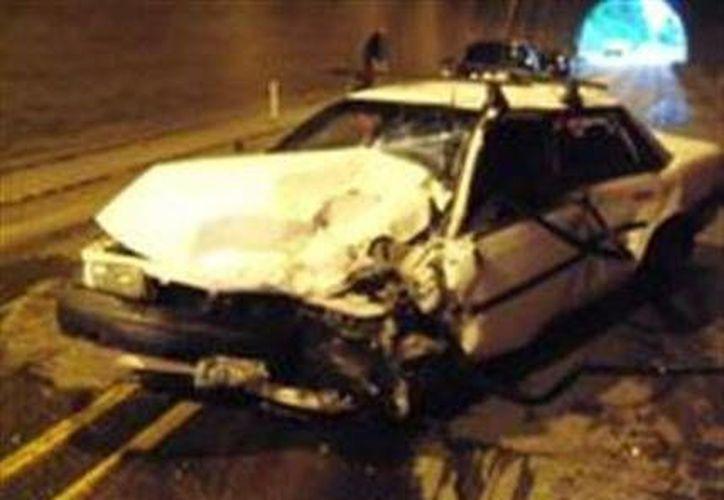 Foto cedida por la Policía Estatal de Oregon muestra un Toyota Camry de 1990 tras un accidente en el tunel de la Autopista 26 cerca de la comunidad de Manning, Oregon. (Agencias)