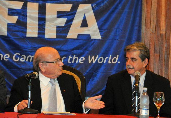 Una de las cuentas hackeadas es la de Blatter (i), presidente de la FIFA. (EFE/Archivo)