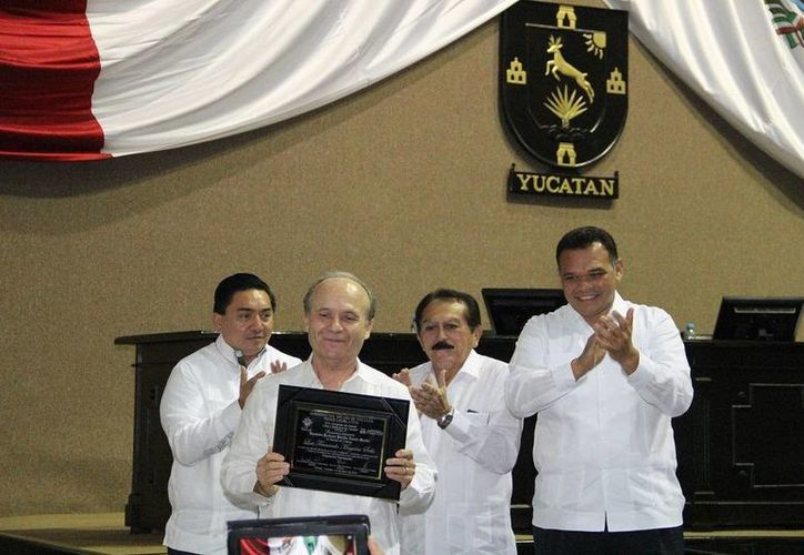 El físico yucateco Luis Fernando Magaña Solís, ganador de la medalla 'Pánfilo Novelo Martín', opina que las matemáticas mayas, por su estructura, incitan al razonamiento. (SIPSE)