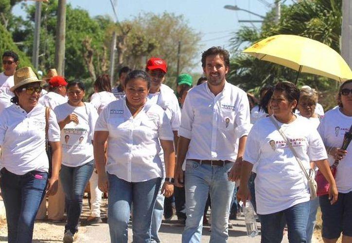 Pablo Gamboa Miner, candidato a diputado por el III Distrito federal, durante su caminata por Chablekal. (SIPSE)