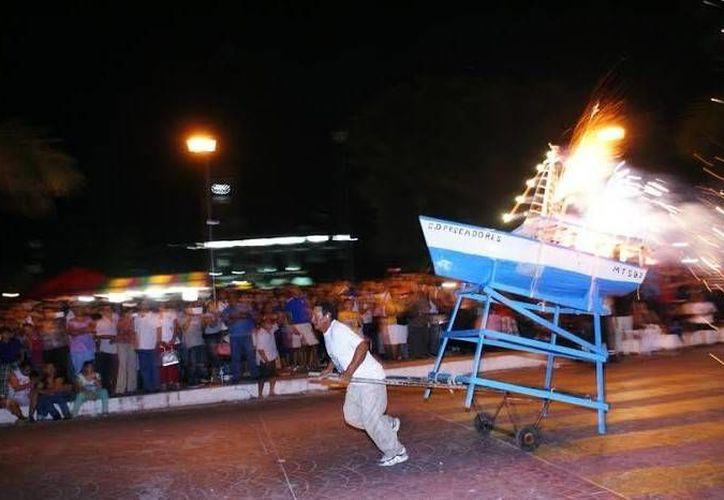 Niños y adultos se divirtieron a lo grande con la quema de barquitos en Progreso, en honor a San Telmo. (SIPSE)