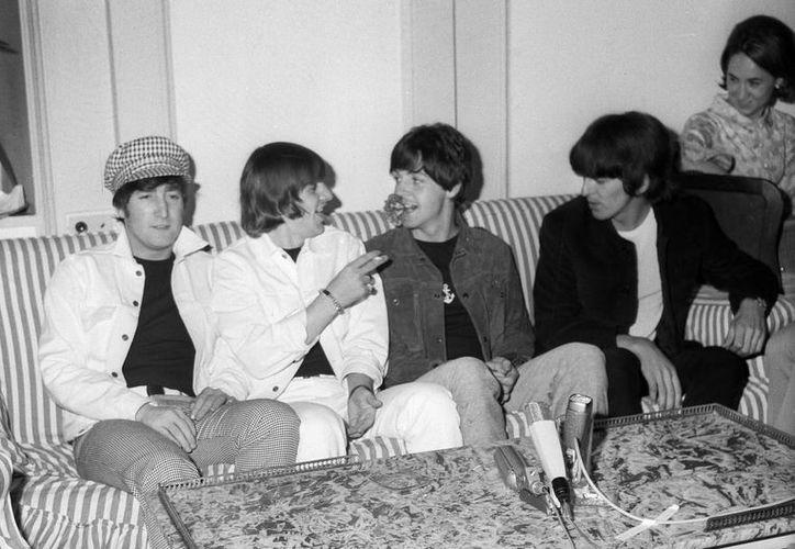 """Imagen de archivo tomada en Madrid el 1 de julio de 1965. De izq a dcha: Los músicos John Lennon, Ringo Starr, Paul McCartney y George Harrison, componentes del grupo musical británico, """"The Beatles"""". (EFE/Archivo)"""