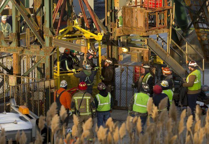 El último de los 17 mineros de sal de Cargill sale a la superficie este jueves 7 de enero de 2016, luego de ser rescatado de un elevador a 275 metros de profundidad en la mina de sal Cayuga en Lansing, Nueva York. (Simon Wheeler/The Ithaca Journal vía AP, Pool)