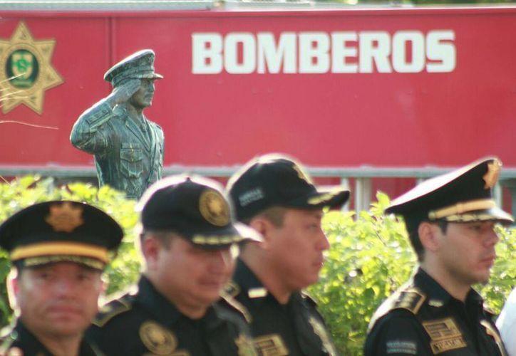 El gobernador de Yucatán presidió el evento en memoria de los bomberos caídos en cumplimiento de su deber en el cementerio Xoclán. (Luis Fuente/Milenio Novedades)