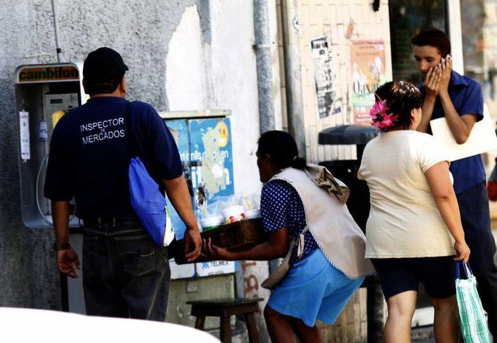 Policías e inspectores de Mercados realizaron ayer un recorrido para recordar que el 30 de marzo vence el plazo. (SIPSE)