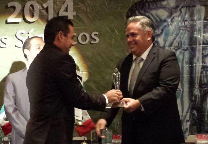 """El síndico municipal, Miguel Alberto Alonso Marrufo, recibió el """"Premio Nacional Tlatoani 2014"""", en reconocimiento a su trabajo en el Ayuntamiento.  (Redacción/SIPSE)"""