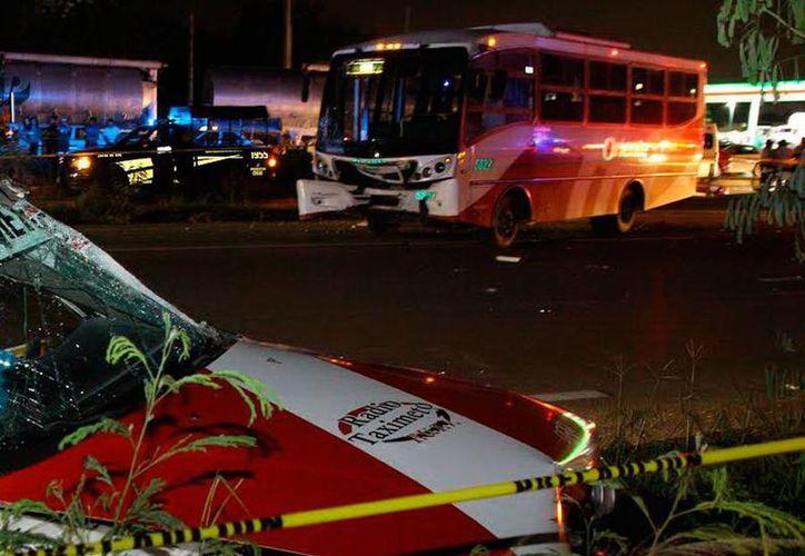 El conductor de un taxi murió cuando su auto fue embestido por un camión, en la carretera Mérida-Cancún. (Milenio Novedades)