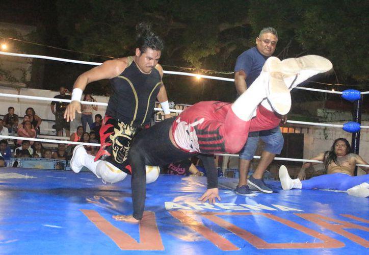 Los luchadores se enfrascaron en intensa y emocionante batalla de poder a poder. (Miguel Maldonado/SIPSE)
