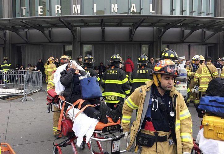 Algunas personas fueron trasladadas en camillas para ser atendidas. (AP/Mark Lennihan)