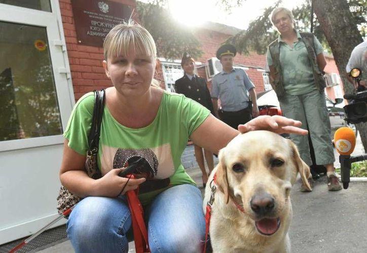 Yulia Diákova posa junto a su perra guía Diana, quien le fue robada para ser revendida. (e-gorlovka.com.ua)