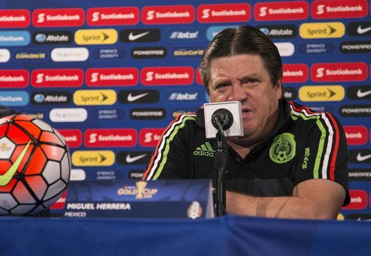 Miguel Herrera finalmente fue cesado este martes como entrenador de la Selección Mexicana de futbol soccer varonil. En la foto, durante una conferencia previa a la final de la Copa Oro, que ganó el domingo. El lunes agredió al comunicador Christian Martinoli. (Foto: AP)