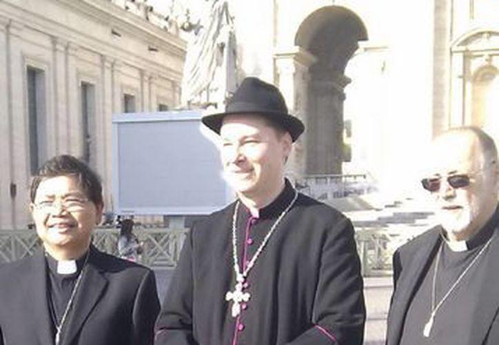Ralph Napierski (c) saludaba a todos los presentes antes de que un miembro de la Guardia Suiza le impidiera entrar al Vaticano. (Notimex)