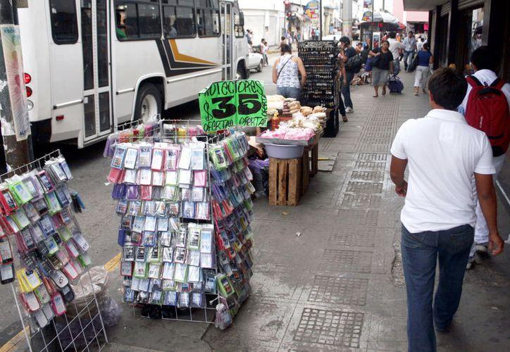 A decir de la iniciativa privada, los vendedores informales representan una seria competencia deselal. (Foto: Milenio Novedades)