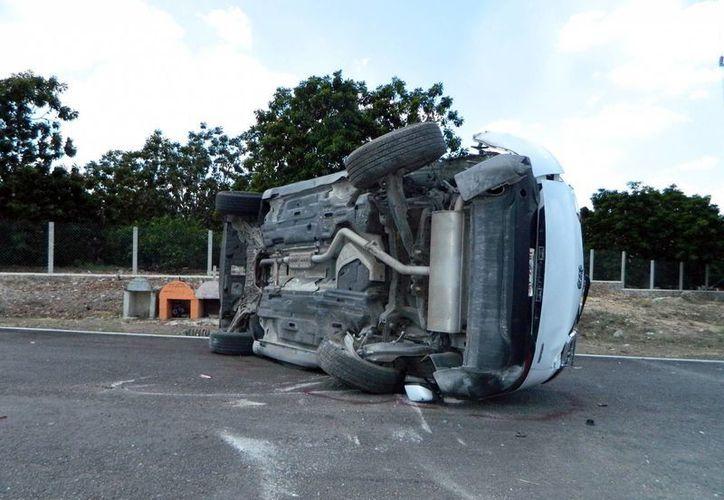 Uno de los vehículos involucrados en el aparatoso accidente que se registró en el entronque de la carretera Akil-Oxkutzcab-Teabo. (SIPSE)