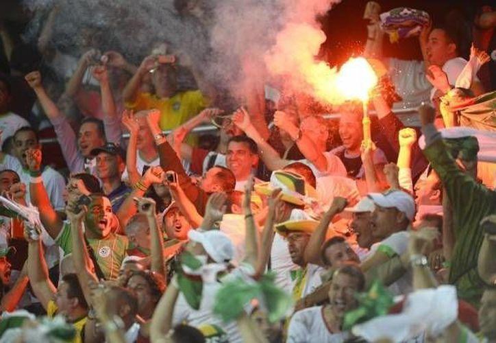 Los aficionados argelinos metieron bengalas y luces láser al estadio en el partido contra Rusia. (Twitter)