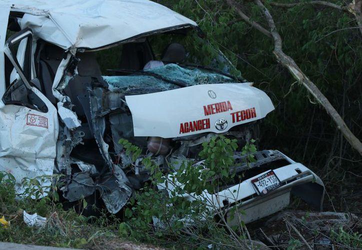 El impacto entre ambos vehículos fue brutal; la van de pasajeros quedó en estas condiciones. (Victoria Gonzalez/SIPSE)