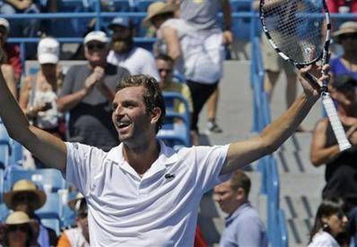 Julien Benneteau se impuso a Stanislas Wawrinka en tres sets en el Masters de Cincinnati.(Foto:The Associated Press)
