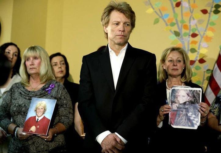 El cantante Jon Bon Jovi durante la firma de la ley en  Nueva Jersey. (Agencias)