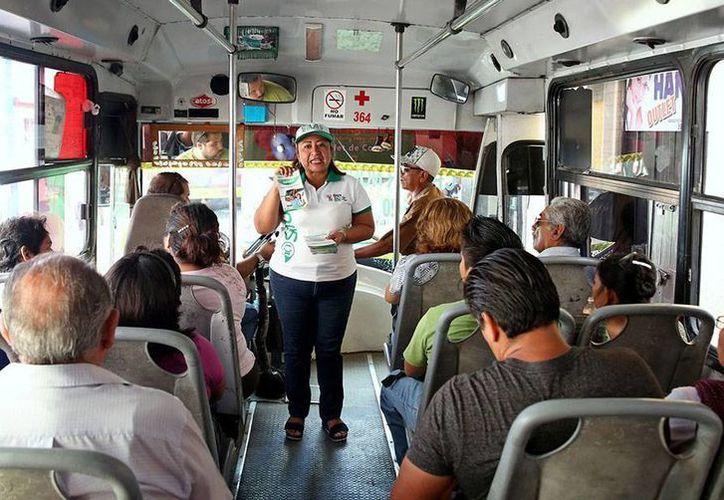 Brigadas de empleados del Gobierno salieron a las calles y subieron a los autobuses para 'explicar' a los usuarios cómo funciona el nuevo sistema de transporte público, denominado Situr. (Cortesía)