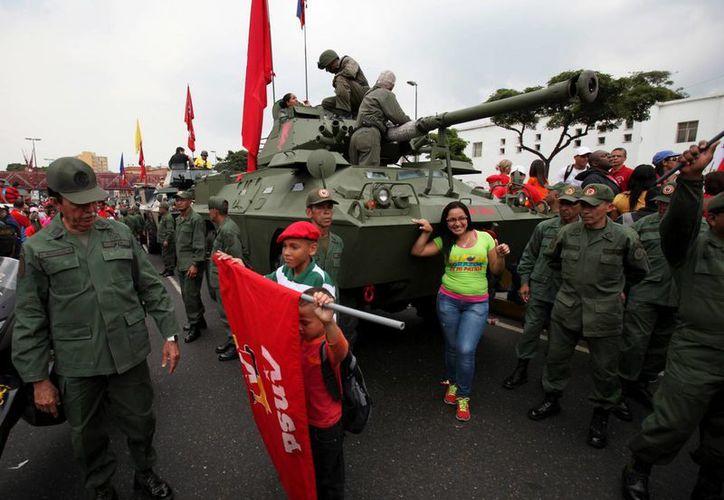 Una de las marchas fue acompañada por siete carros blindados de la fuerza armada. (Agencias)