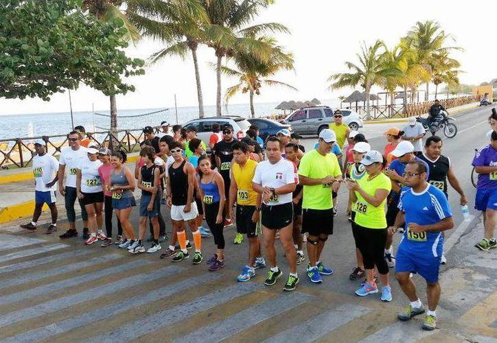 Los competidores iniciaron en la sede de Palacio Municipal hasta llegar al arco de acceso al poblado de El Cedral. (Cortesía/SIPSE)