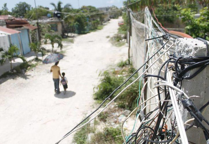 Los propios vecinos realizan sus instalaciones eléctricas. (Cortesía/SIPSE)
