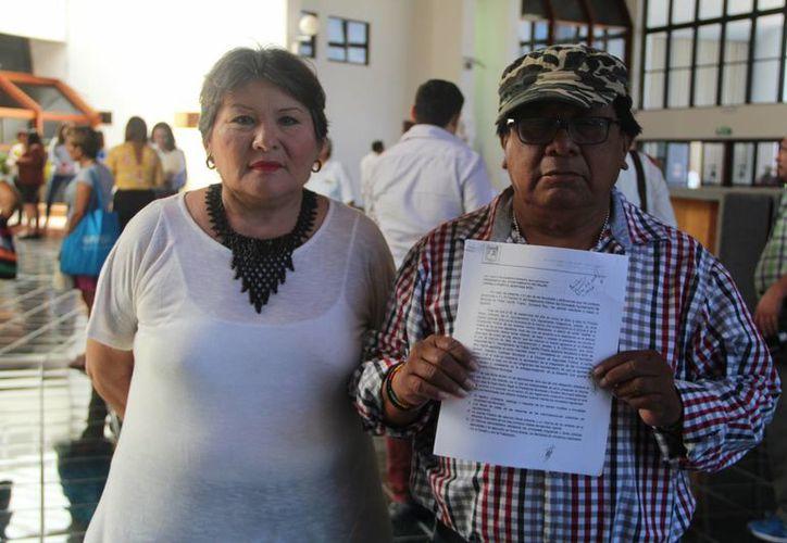 Eliseo Bahena Adame, Ligia Arana y Alfaro Yam Canul muestran la solicitud formal para el diputado.(Eddy Bonilla/SIPSE)