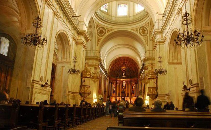La Conferencia Episcopal de Uruguay emitió un documento en el que pidió perdón por los abusos sexuales cometidos por sacerdotes. Imagen de la Catedral Metropolitana de Montevideo, Uruguay. (Agencias)