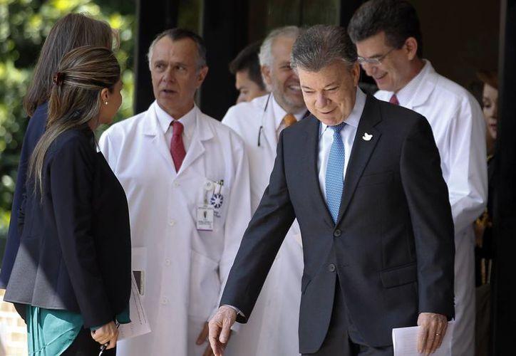 El presidente de Colombia, Juan Manuel Santos, llega a la clínica Santa Fe en Bogotá, Colombia, el lunes 21 de noviembre de 2016. Los nuevos exámenes a los que se sometió descartan la presencia de cáncer de próstata, pero el mandatario debe someterse a una única sesión de radioterapia. (AP/ Fernando Vergara)
