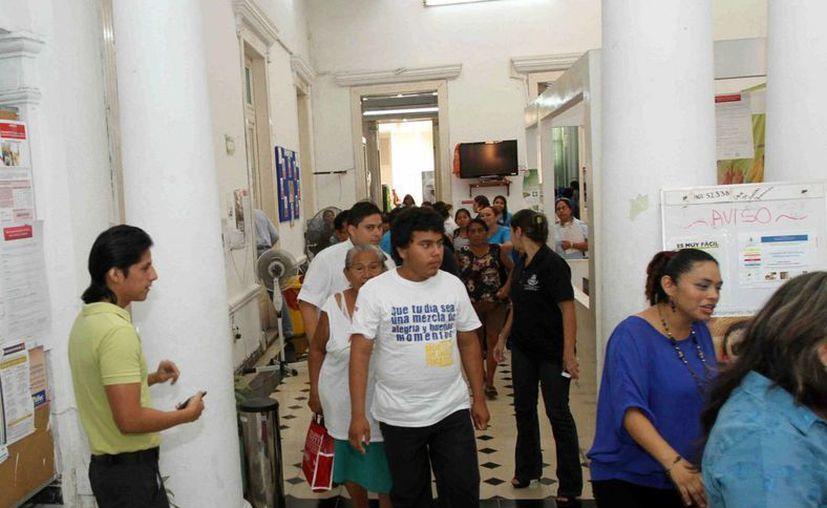 El desalojo en el edificio principal del DIF Mérida. (SIPSE)