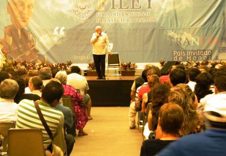 Armando Fuentes Aguirre durante su presentación en la Filey. (Cecilia Ricárdez/SIPSE)