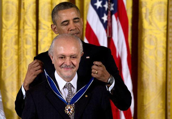 Se hablan de Nobel a Nobel: Barack Obama, de La Paz, coloca la Medalla de la Libertad al científico y ambientalista mexicano Mario Molina. (Agencias)