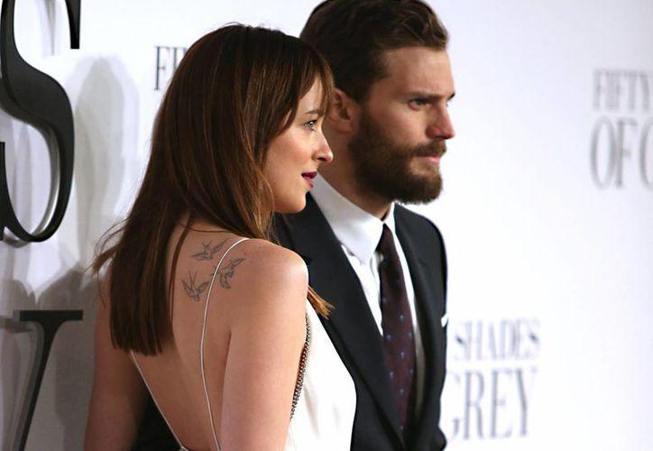Jamie Dornan y Dakota Johnson durante la premier de '50 sombras de Grey' en Inglaterra. (Foto: AP)