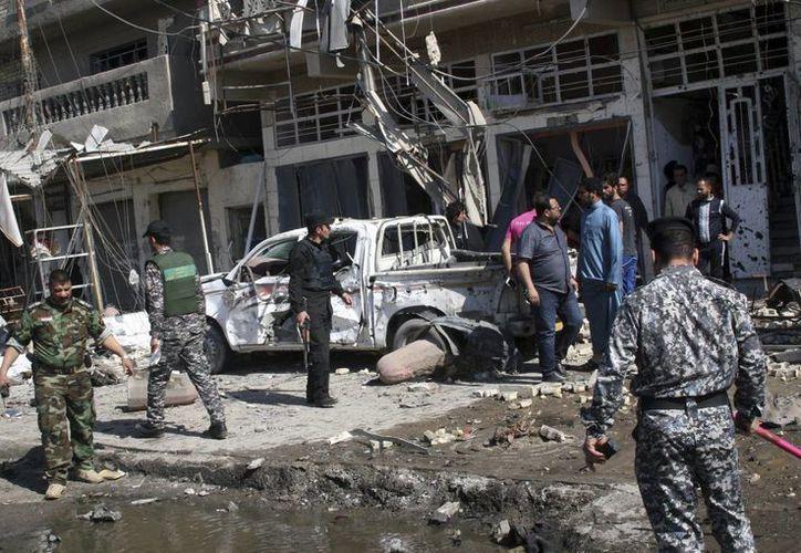 Policías en Bagdad, Irak, revisan los daños tras un ataque suicida. (EFE/Archivo)
