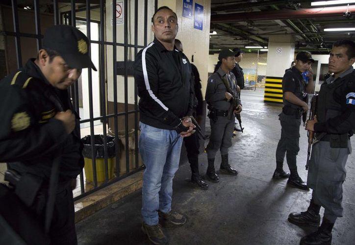 Byron Lima Oliva asegura que los delitos que le imputan son un invento de las autoridades guatemaltecas porque no ha permitido que extorsionen a los prisioneros. (AP)
