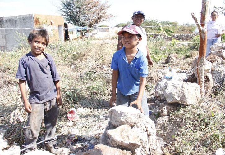 Los pequeños trabajan contruyendo albarradas. (SIPSE)