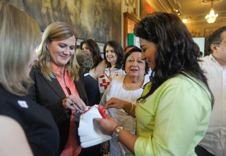 Primer donativo para la Cruz Roja de Yucatán. (Cortesía)